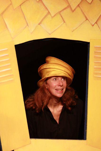 http://www.theatredupetitpont.com/wordpress/wp-content/uploads/2011/05/Chantal-MDC-jaune.jpg
